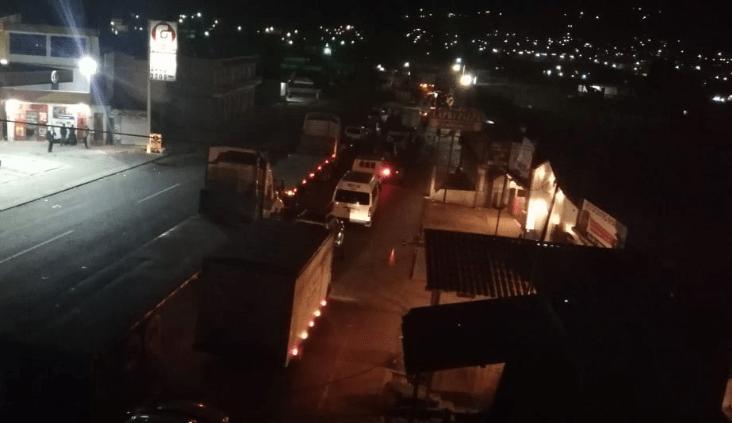 Automovilistas tienen varias horas varados en la ruta Interamericana por el bloqueo en el km 160. (Foto Prensa Libre: Mynor Toc).