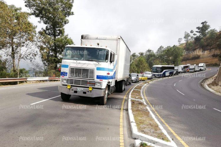 Tráileres y camiones permanecen varados.