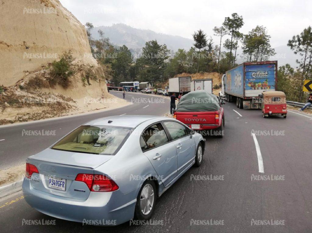 Largas filas de vehículos se observan en la ruta Interamericana.