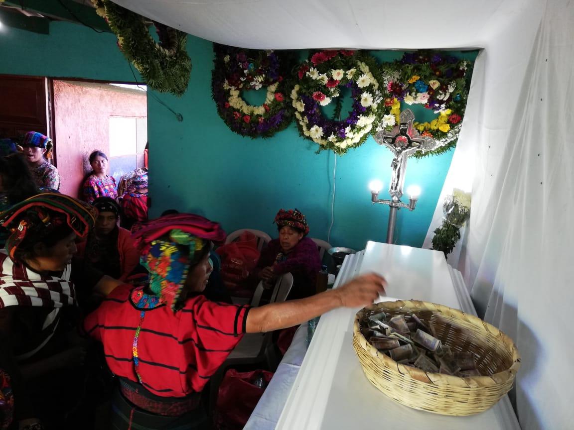 Vecinos de Cajolá, Quetzaltenango, darán hoy el último adiós a la migrante Vilma Vaíl Jiménez, en el cementerio de la localidad. (Foto Prensa Libre: Mynor Toc)