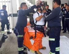 Bomberos Municipales Departamentales se capacitan para atender emergencias con materiales peligrosos. (Foto Prensa Libre: Costesía).