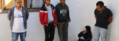 Los cinco presuntos asaltantes de buses capturados en el km 38 de la ruta Interamericana. (Foto Prensa Libre: Julio Sicán).