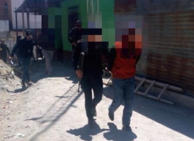 Uno de los supuestos estafadores detenido en Chiantla. (Foto Prensa Libre: PNC).