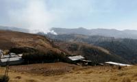 Luego del enfrentamiento, vecinos de Nahualá le prendieron fuego a una zona boscosa. (Foto Prensa Libre: Mynor Toc).