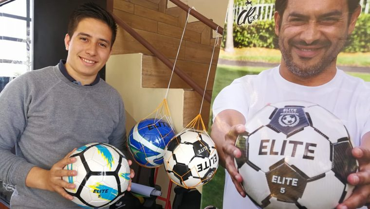Carlos Lemus, trabajador de uno de los puntos de venta muestra los balones CR20 Élite. (Foto Prensa Libre: Jorge Ovalle)