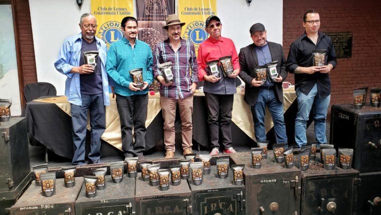 Integrantes del grupo musical Alux Nahual presentaron el Café Alux Nahual, lanzado al mercado local y extranjero. (Foto, Prensa Libre: Luis de León).