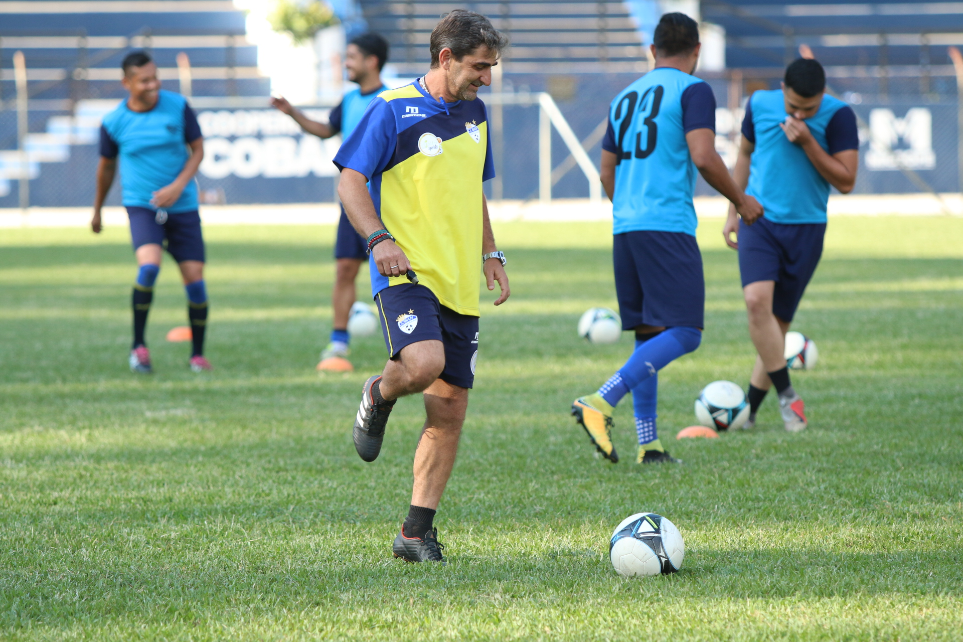 El entrenador Fabricio Benítez prepara su equipo para enfrentar a Iztapa. (Foto Prensa Libre: Eduardo Sam Chun)