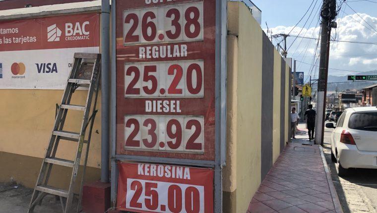 Las estaciones de servicio de Cobán, Alta Verapaz, muestran precios que superan los Q26 el galón de gasolina superior. (Foto Eduardo Sam Chun)