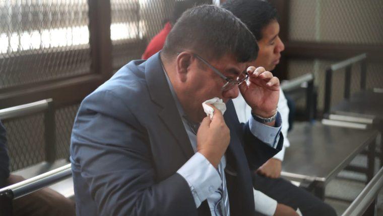 El coronel Juan Chiroy Sal lloró en la carceleta de la judicatura al escuchar la resolución de la jueza Claudette Domínguez. (Foto Prensa Libre: Esbin García)