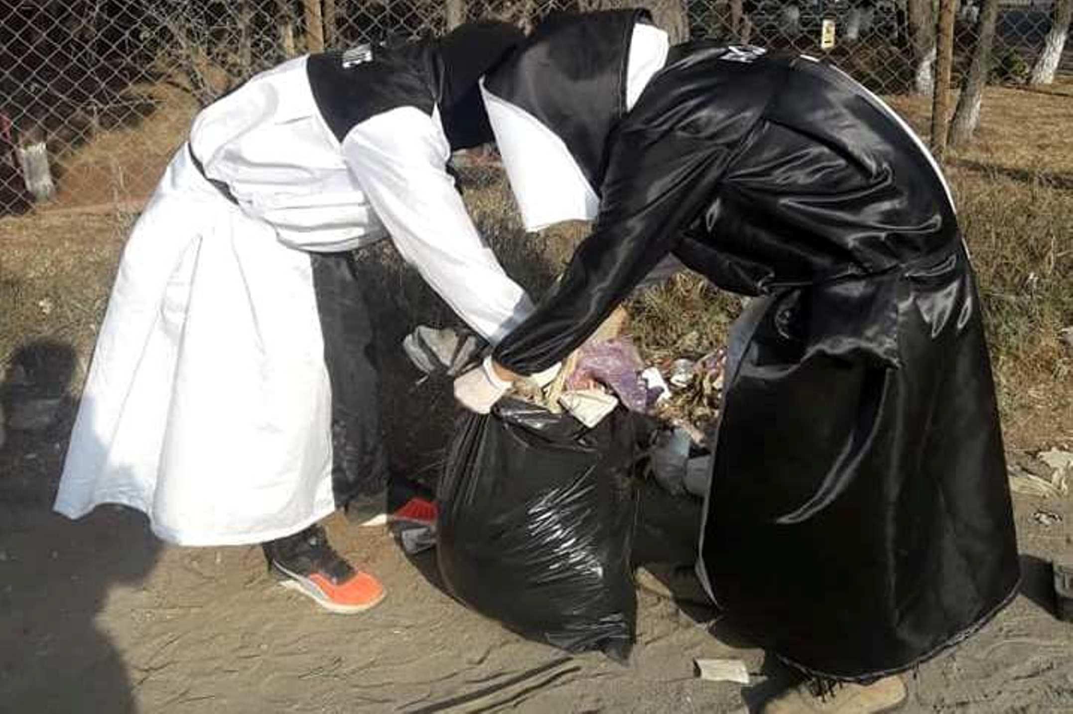Encapuchados de la carrera de medicina del Cunoc recogieron desechos de las calles alrededor del HRO, (Foto Prensa Libre: Cortesía)