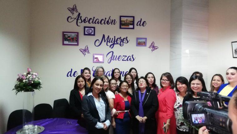 Juezas participan en la inauguración de la sede de la Asociación de Mujeres Juezas. (Foto Prensa Libre: Kenneth Monzón)