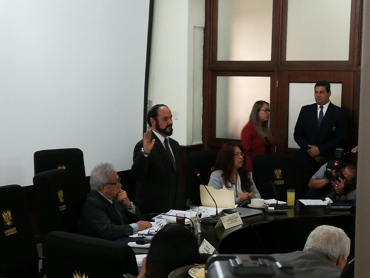Leopoldo Guerra, director del Registro de Ciudadanos, toma juramento en medio de las preguntas de los diputados. (Foto Prensa Libre: Carlos Álvarez)