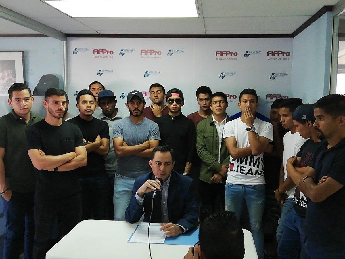 Los ahora exjugadores de Deportivo Petapa dieron a conocer su decisión en las oficinas de Sifupgua. (Foto Prensa Libre: Edwin Fajardo)