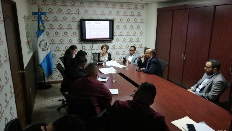 Los diputados de Encuentro por Guatemala sostuvieron una reunión con el ministro de Desarrollo Social Carlos Velásquez Monge. (Foto Prensa Libre: Carlos Álvarez)