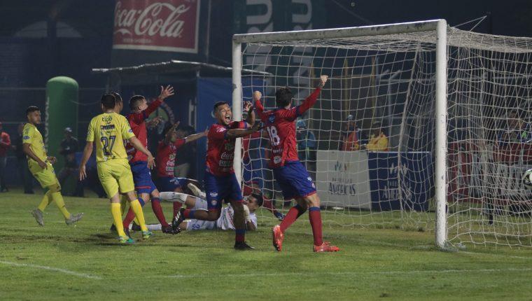 Así festejaron los jugadores de Xelajú, el primer gol. (Foto Prensa Libre: Raúl Juárez)