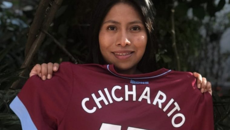 Yalitza Aparicio posa con la camisola del West Ham que le regaló Javier Hernández. (Foto Prensa Libre: @YalitzaAparicio)