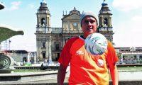 El defensor guatemalteco Roberto Cóbar, quien milita en Siquinalá, se recupera de un cáncer testicular, que lo mantiene alejado de las canchas desde octubre del 2018 (Foto Prensa Libre: Edwin Fajardo)