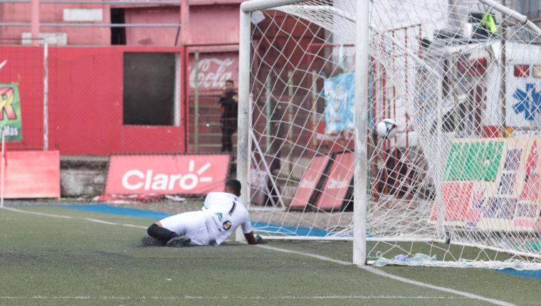 José Calderón no pudo hacer nada para evitar el tanto de Juan Valenzuela. (Foto Prensa Libre: Raúl Juárez)