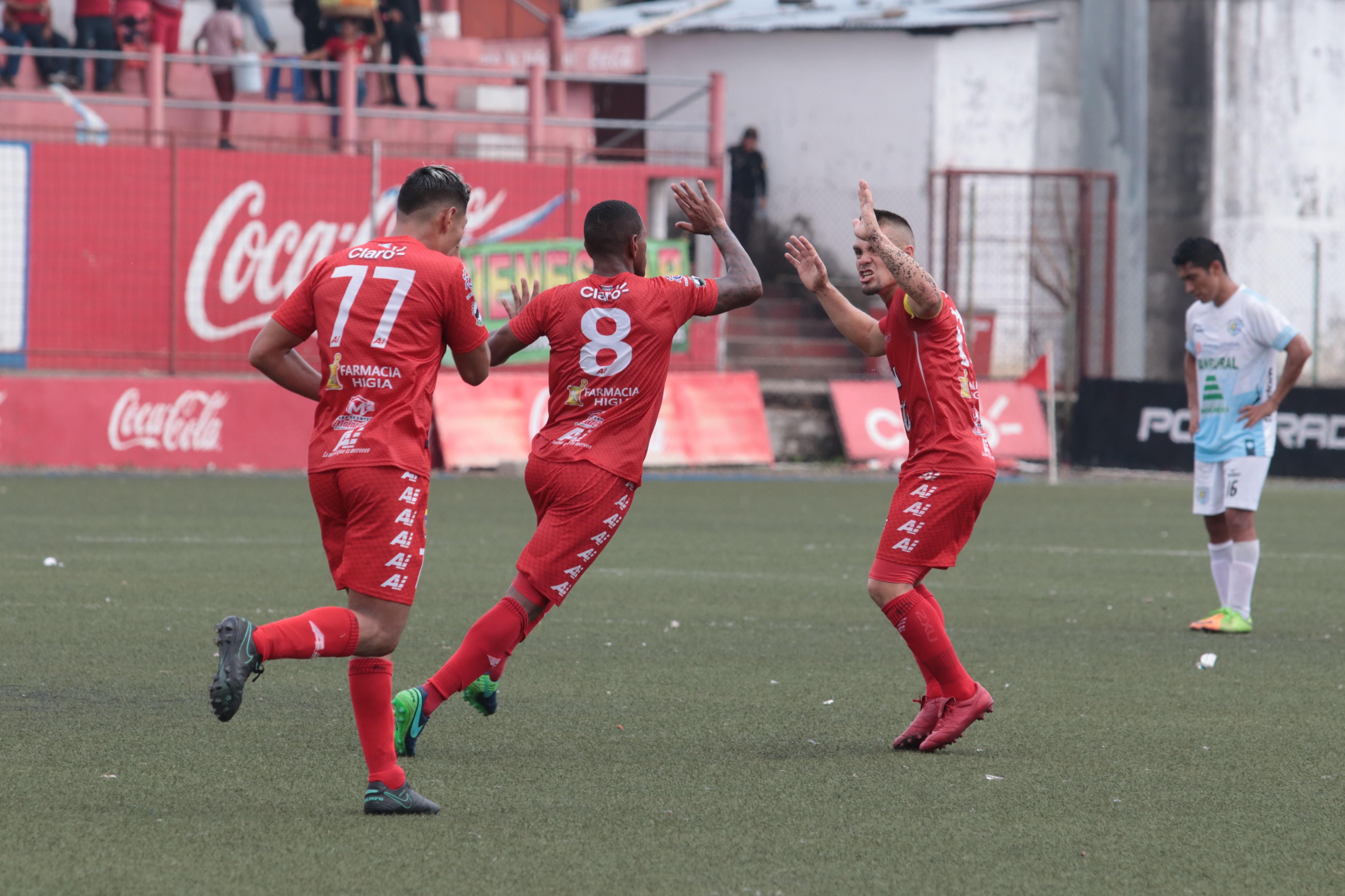 Kenny Cunningham celebra después de anotar el gol del empate para Malacateco. (Foto Prensa Libre: Raúl Juárez)
