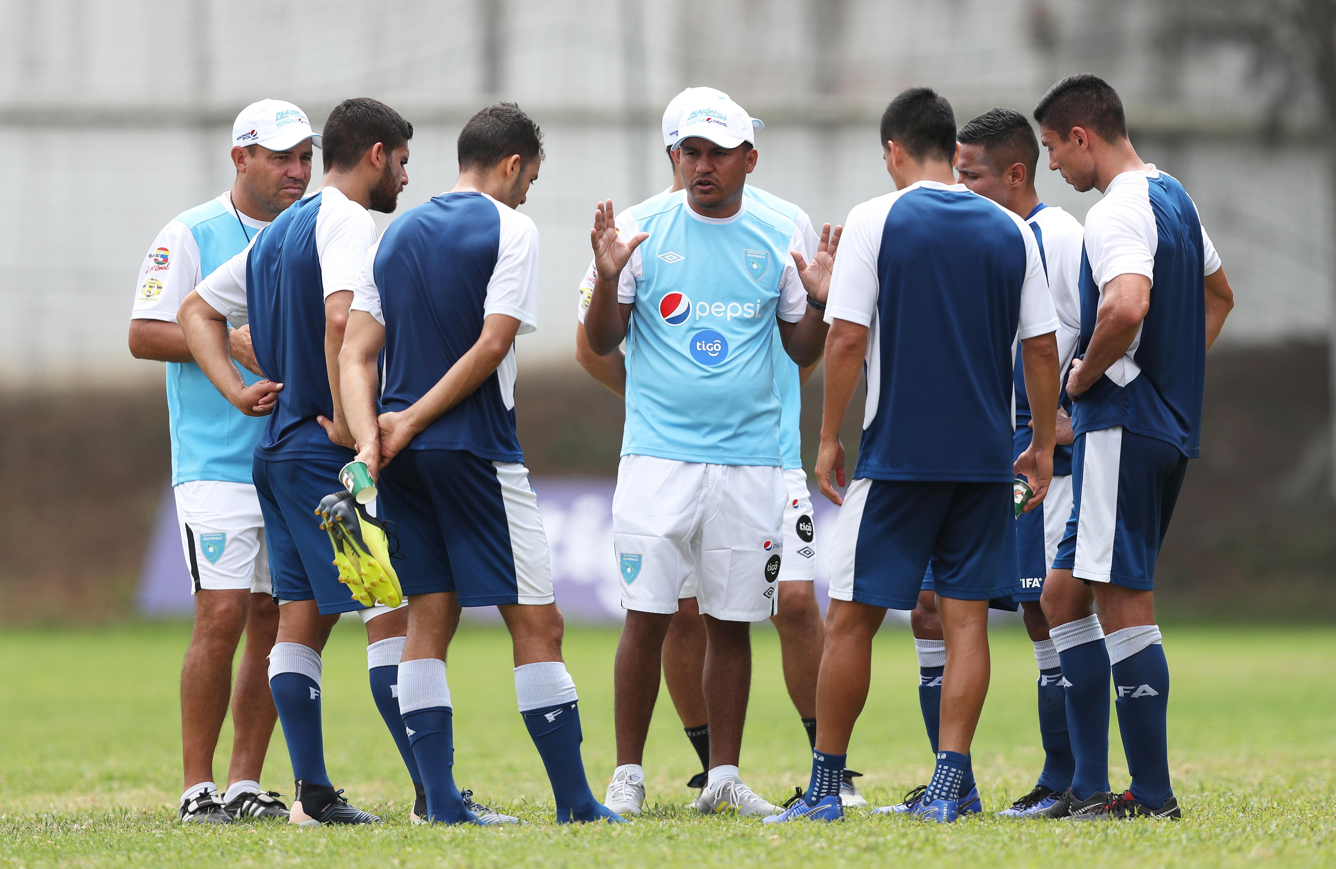 Amarini Villatoro, técnico interino de la Selección Nacional, dirige una práctica el miércoles 13-3-2019. (Foto Prensa Libre: Francisco Sánchez)