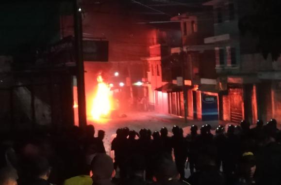 La situación es tensa en Santa Isabel, Villa Nueva, donde vecinos protestan por la falta de agua entubada. (Foto Prensa Libre: @SantosDalia).