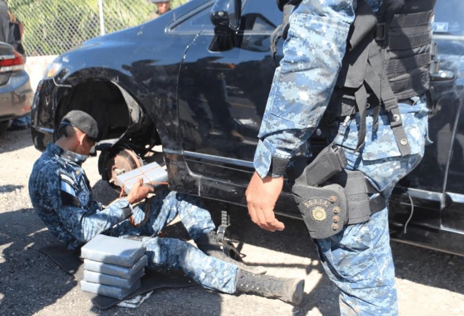 Algunos de los paquetes de droga decomisados en uno de los vehículos en la ruta a Asunción Mita. (Foto Prensa Libre: PNC).