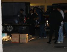 Investigadores observan la droga localizada en San Pedro Sacatepéquez, San Marcos. (Foto Prensa Libre: Cortesía).