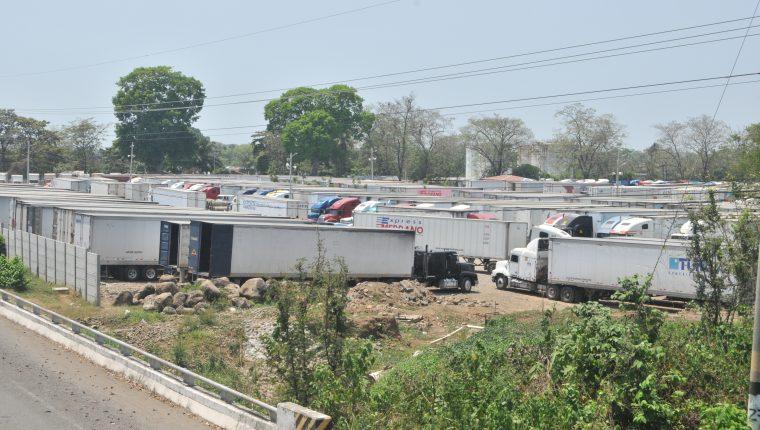 Varios contenedores permanecen varados un predio habilitado en Tecún Umán. (Foto Prensa Libre: Alex Coyoy).