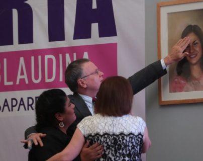 Los padres de las desaparecidas María Isabel Veliz Franco y Claudina Isabel Velásquez Paiz observan un retrato en el  lanzamiento de la alerta Isabel-Claudina. (Foto Prensa Libre: Hemeroteca PL)