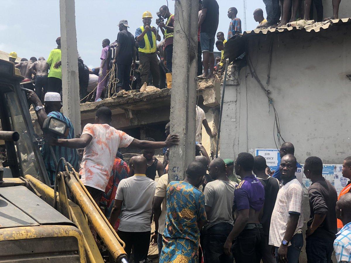 """""""Es terrible, los padres están llorando"""": más de 100 niños atrapados al colapsar edificio en Nigeria"""