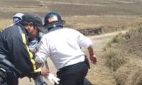 Bomberos trabajan en el lugar donde fue el enfrentamiento de pobladores en Sololá. (Foto Prensa Libre: @BVoluntariosGT).