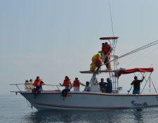 Pescadores artesanales de Las Lisas incursionan ahora en el ecoturismo ofreciendo el avistamiento de la biodiversidad del sector. (Foto Prensa Libre: Enrique Paredes).