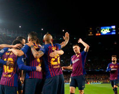 Los jugadores del Barcelona hicieron una fiesta en el Camp Nou. (Foto Prensa Libre: AFP)