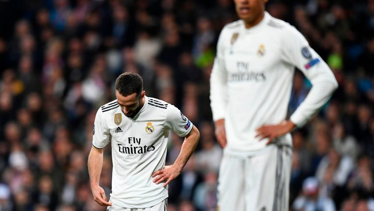 Dani Carvajal (izquierda) se lamenta del partido del Real Madrid. (Foto Prensa Libre: AFP)