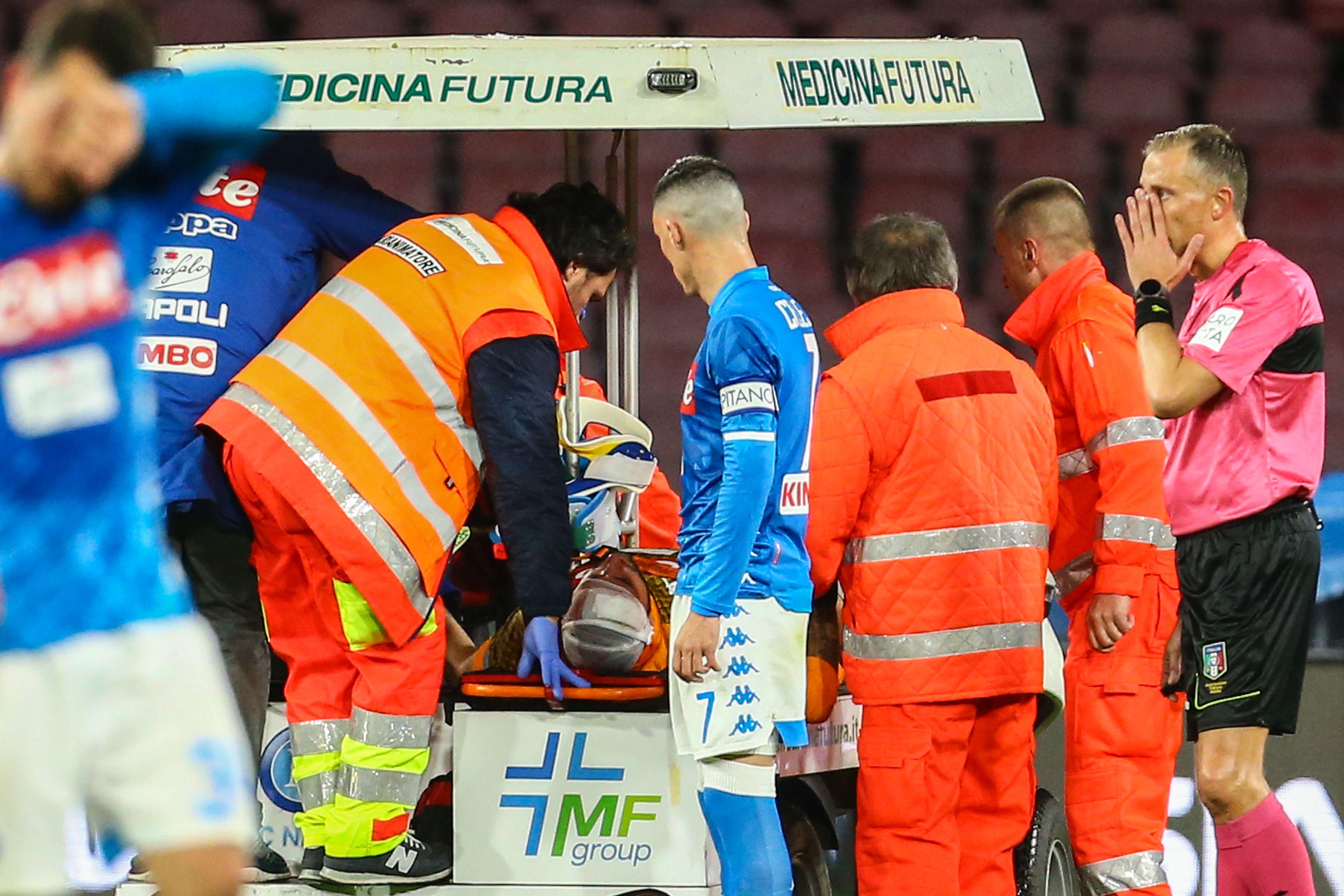 Ospina fue retirado del terreno de juego. (Foto Prensa Libre: AFP)