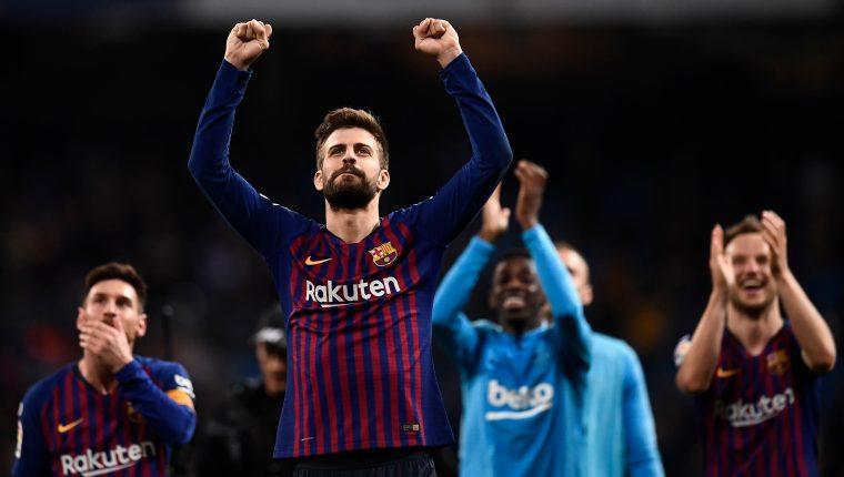 Gerard Piqué festejó al final del clásico en el Bernabéu. (Foto Prensa Libre: AFP)