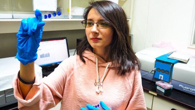 La ingeniera guatemalteca en Biomedicina Andrea Celeste del Valle, durante su labor investigativa en el laboratorio universitario, en Taiwán. (Foto Prensa Libre, cortesía de Andrea Del Valle)