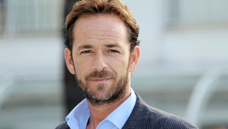 """(FILES) In this file photo taken on October 05, 2010 Actor Luke Perry poses during the TV series photocall """"Goodnight for Justice"""" during the 26th edition of the five-day MIPCOM, on October 5, 2010 in Cannes. - Actor Luke Perry, who starred in the hit 1990s television series """"Beverly Hills, 90210,"""" died on March 4, 2019 at the age of 52 after suffering a massive stroke, his agent said. (Photo by Valery HACHE / AFP)"""