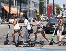 Personas se transportan en motos eléctricas compartidas en Estados Unidos. (Foto Prensa Libre: AFP)