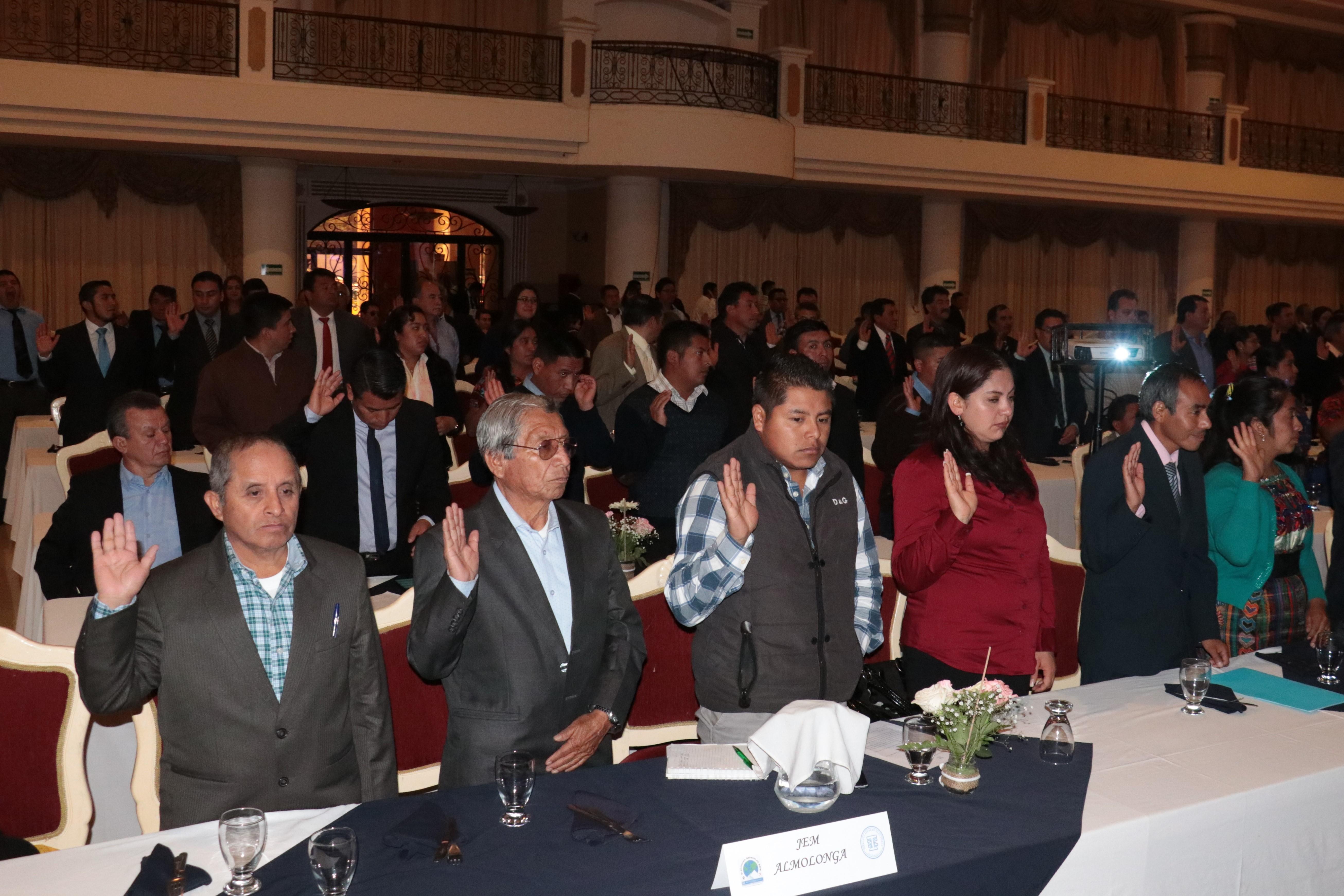 El Tribunal Supremo Electoral juramentó a los 120 integrantes de la juntas electorales municipales de Quetzaltenango. (Foto Prensa Libre: Raúl Juáreaz)