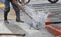 Cada mes se pierden tres mil 500 millones de litros de agua por fugas y conexiones ilegales, según la comuna. (Foto Prensa Libre: Hemeroteca PL)
