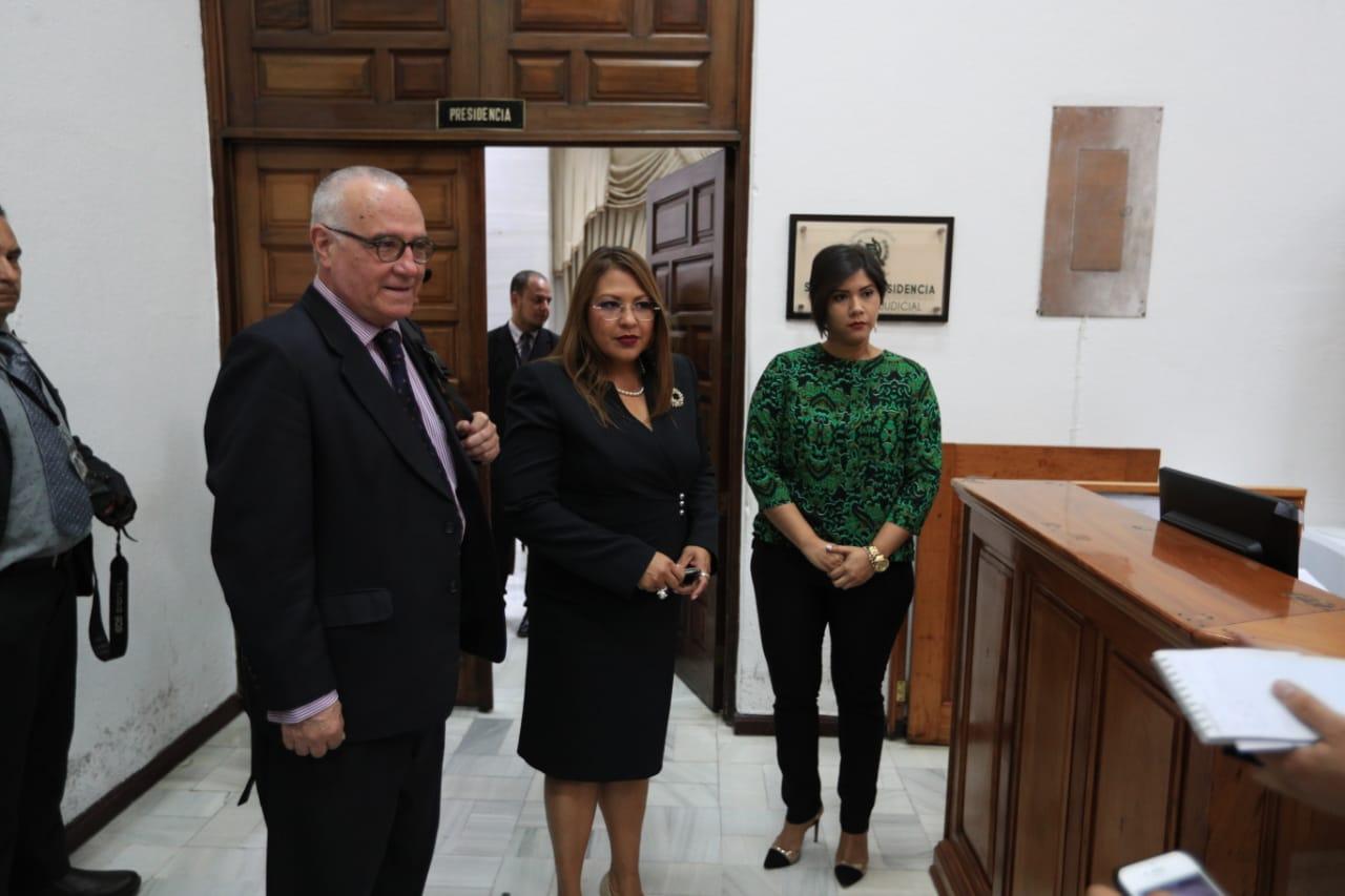 Ramón Cadena, presidente de la Comisión Internacional de Juristas (CIJ), junto con las juezas Adriana Orocú, de Costa Rica, y Susana Cárcamo, de Honduras. (Foto Prensa Libre: Carlos Hernández)