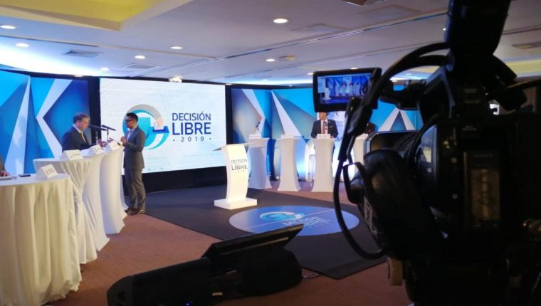 Esta mañana se realiza el foro político en Xela. (Foto Prensa Libre: María Longo)