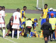Hermann Tsinga colapsó en el terreno de juego. (Foto Prensa Libre: Redes)