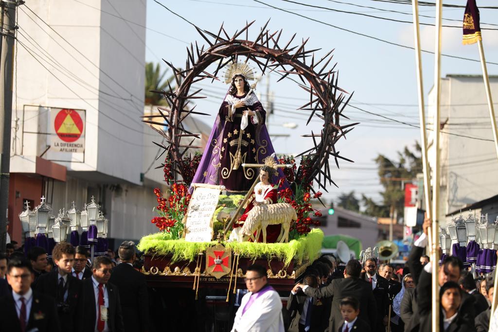 En el adorno se puede ver a la Virgen de Dolores en medio de una corona de espinas que representa todos los dolores del sacrificio de Jesús. Foto Prensa Libre: Jurgen Wellman
