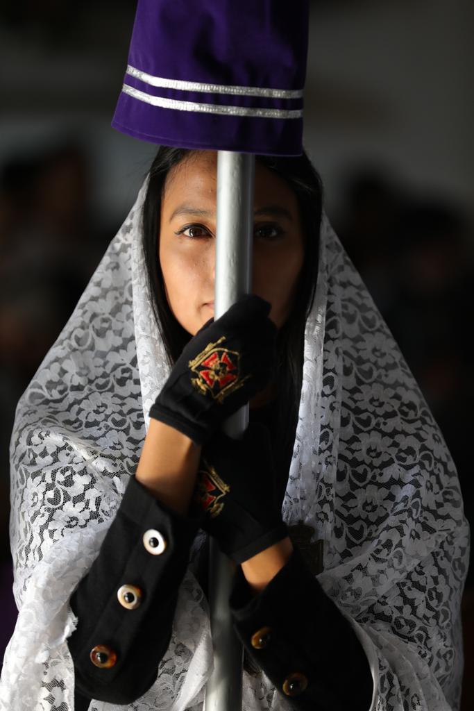 Las devotas de la Virgen portaban trajes negros, mantillas blancas y guantes de la Asociación de Jesús Nazareno de los Milagros. Foto Prensa Libre: Jorge Ordóñez