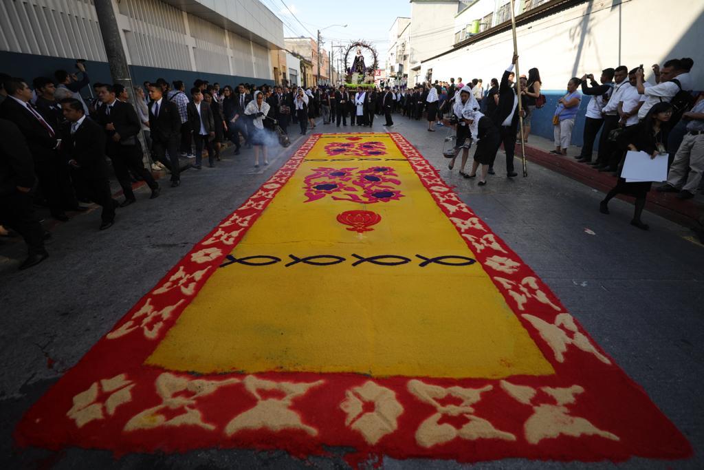 Los vendedores del mercado Colón hicieron una alfombra para el paso de la procesión. Foto Prensa Libre: Jorge Ordóñez