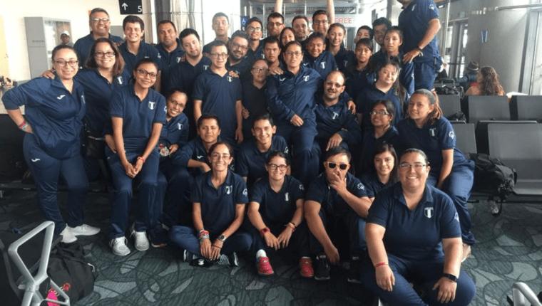 Los deportistas de la delegación de Guatemala en Abu Dhabi 2016 posan a su retorno al país. (Foto Prensa Libre: Olimpiadas Especiales Guatemala)