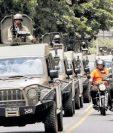 """Unidades de uso militar J8 circularon frente a la sede de la Cicig y la Embajada de EE. UU. el 31 de agosto de 2018, la embajada estadounidense señaló """"mal uso"""". (Foto Prensa Libre: Hemeroteca PL)"""