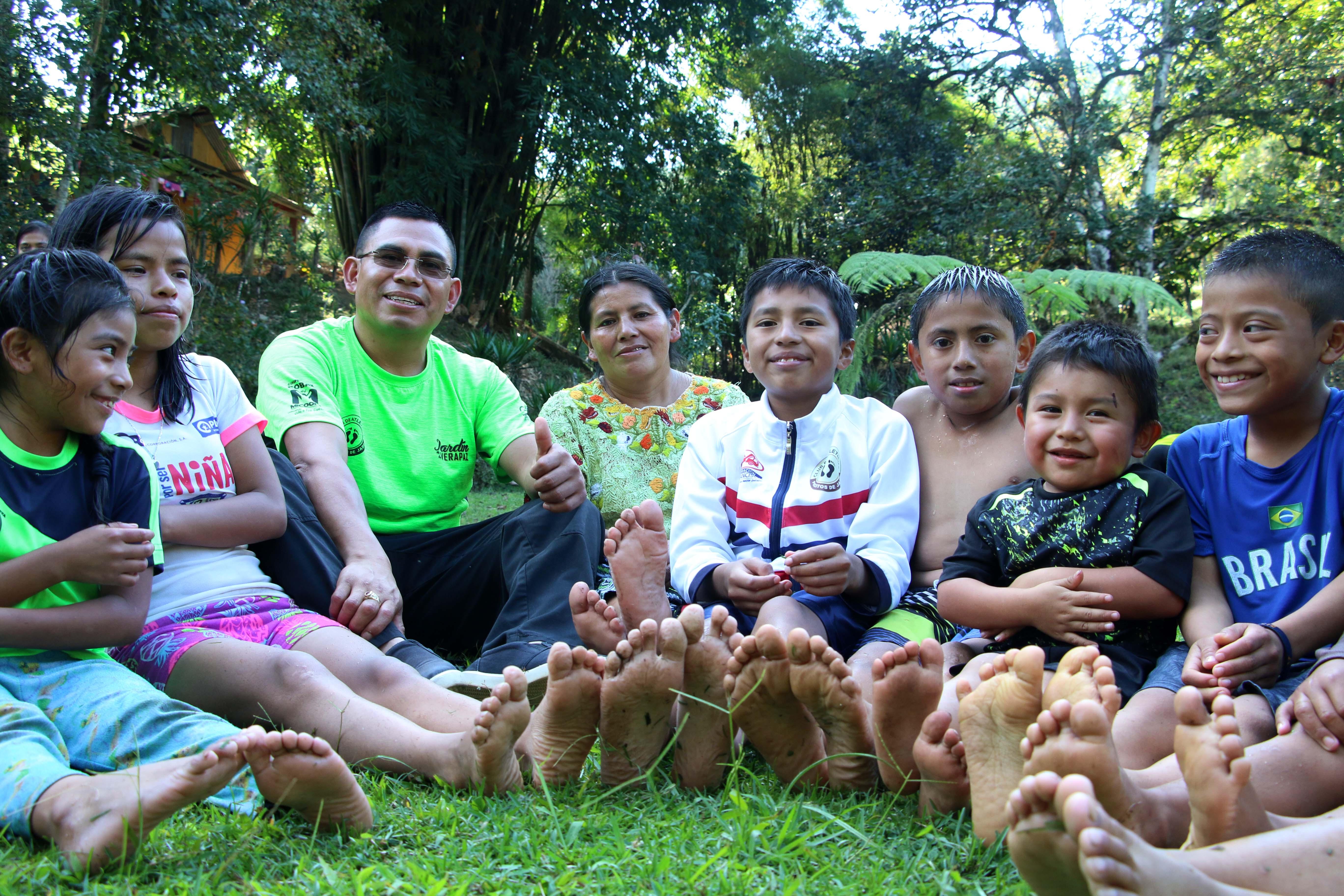 La entrenadora Herlinda Xol compartió con el grupo de atletas de Piecitos de Jade, llevó a niños y jóvenes a un balneario. (Foto Prensa Libre: Eduardo Sam Chun)